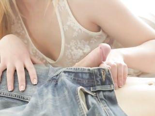 Парень занимается оральным сексом в разных позах с молодой девушкой