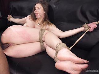 Мужчина показал русой девушке без одежды, что такое приятный бондаж, на большом черном диване и кончил