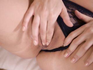 Сексуальная девушка с русыми волосами считает, что мастурбация – лучший способ получения приятного оргазма