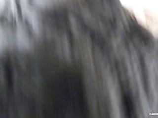 Голенькая брюнетка с красивыми глазами удовлетворяет двух похотливых мужиков