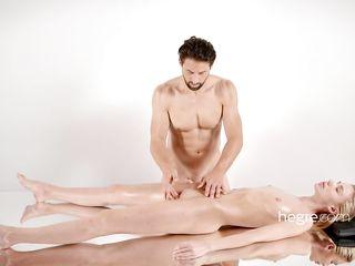 Мускулистый мужчина, делая массаж белокурой девушке, дарит ей качественный сквирт умелыми пальцами