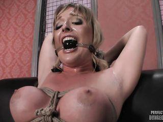 Блонда наслаждается бондажем и приятной мастурбацией при помощи огромного вибратора на полной мощности