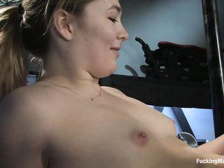Русая девушка с торчащими сосками на груди трахается с секс машиной и незабываемо кончает