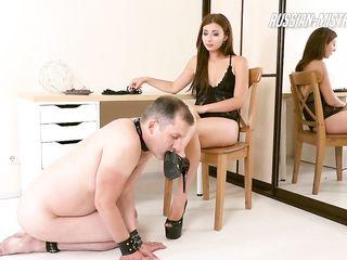 Возбуждающий фемдом, где роскошная девушка на высоких каблуках писает в рот подчиненному развратнику