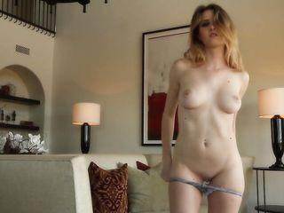 Девушка заделась на камеру и показывает голое тело