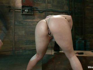 Извращенная госпожа с длинными ножками дрочит письку на связанную рабыню