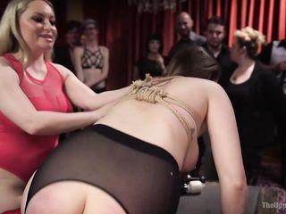 Групповая порно оргия с унижениями в просторном особняке с раскрепощенными женщинами