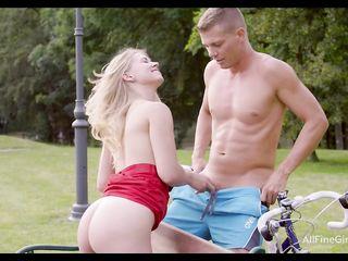 Молодая девушка дала трахнуть парням себя в очко на скамейке парка