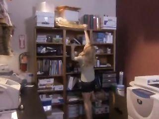Порочная блондинка соблазняет парня, делает ему минет и трахается на складе