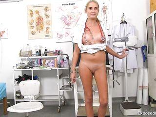 Высокая медсестра в возрасте широко классно раскрыла розовую письку в просторном кабинете