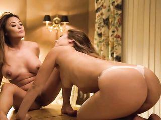 Симпатичные лесбиянки страстно оргазмируют во время спаривания на большом полированном столе
