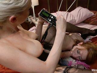 Извращенный электрический секс и дрочка длинным страпоном довела красотку до оргазма