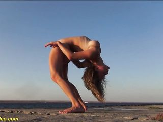 Эротичная молодая модель Alisa Adelson широка раздвигает ножки на общественном пляже
