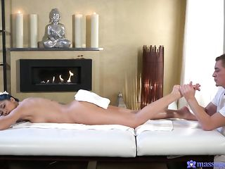 Красивый эротический массаж у камина закончился классным половым актом на столе