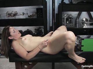 Девушка закричала и получила оргазм от секс машины в гараже разработчика