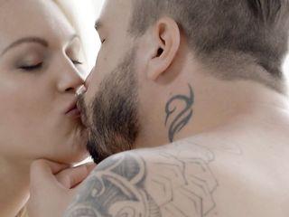 Татуированный парень приносит блондинке завтрак в постель и вылизывает письку
