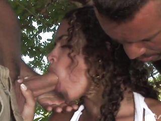 Две девки трахаются с тремя мужиками в кустах и получают двойное проникновение