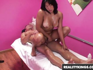 Азиатка трахнула мужика на массаже