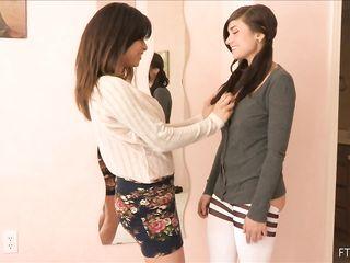 Девушка мастурбирует в гостях у подруге и пробует новую секс игрушку