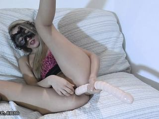 Стройная женщина засунула глобус во влагалище и стала выталкивать его мышцами