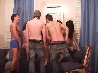 Оргия русских студентов, девушки и парни занимаются сексом и поздравляют подругу с днем рождения
