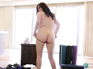 Женщина размахивает большими сиськами и мастурбирует волосатую письку