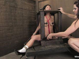 Госпожа разрезала белые трусики и стала пытать оргазмом и электротоком молодую азиатку