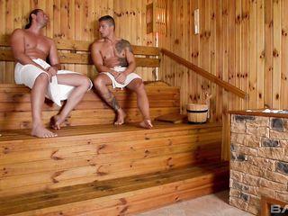 Двое мужчин трахают в сауне девушку с очень большой натуральной грудью