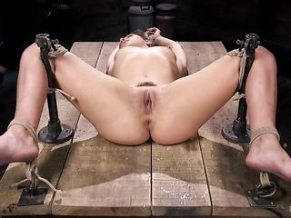 Мужик привязал телку к столу и трахнул огромным самотыком