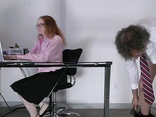 Начальник в офисе трахнул в волосатую вагину свою опытную секретаршу с большими сиськами