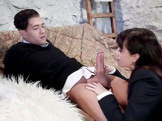 Парень трахает красивую сучку в сексуальных чулках во все щели