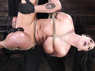 Грудастую женщину жестко довели до яркого оргазма искусственным членом