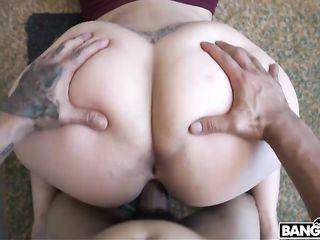 Парень с длинным членом лижет сладкую задницу толстозадой шалаве