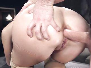 Парень делает красотке куннилингус и имеет связанную сучку во все дырки