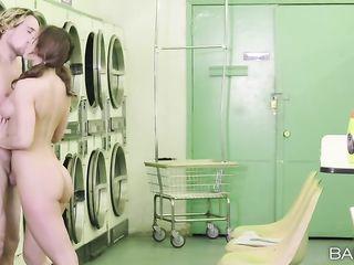 Парень трахает блондинку в прачечной, пока стирается бельё в стиральной машине