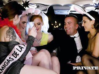 Молодые выпускницы из колледжа устроили порно оргию в лимузине