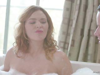 Парень с телками устроили групповой секс после принятия пенной ванны