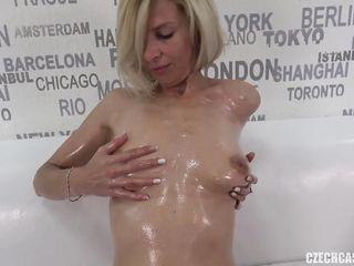 Женщина мастурбирует письку на порно кастинге