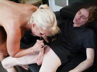 Парень трахает опытную блондинку между больших сисек