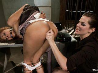 Лесбиянка трахает подругу искусственным фаллосом и бьет ее током