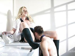 Мужик делает зрелой блондинке куннилингус, а потом жестко трахает ее в вагину