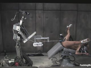 Стройную блондинку трахают с помощью секс машины, отчего она несколько раз кончает