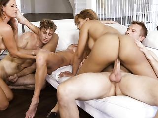 Три возбужденные девушки страстно сосут набухшие пенисы двух мужиков и участвуют в оргии