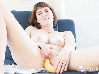 Сисястая девушка достигает оргазма засовывая банан в свою ароматную вагину