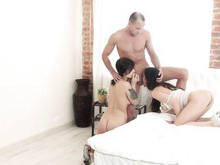 Парень устроил с двумя телками секс и в конце накормил их спермой