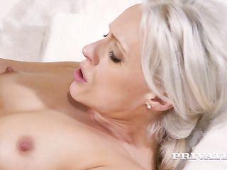 Опытный молодой ловелас несколько раз удовлетворил зрелую блондиночку на просторной кровати