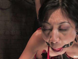 Брюнетка трахает азиатку в анус и влагалище с помощью электрофаллоимитаторов