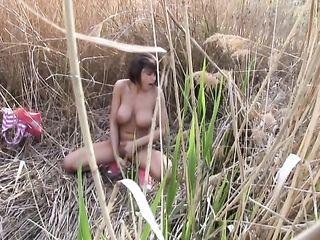 Молодая девушка уединилась в камышах и совершила мастурбацию вагины
