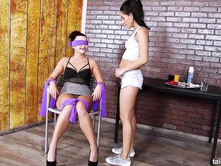 Две лесбиянки лижут клитор, трахают вагины пальцами, а затем писают друг на друга