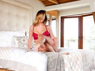 Девушка снимает с себя красивое нижнее белье и показывает бритую киску и сочную грудь